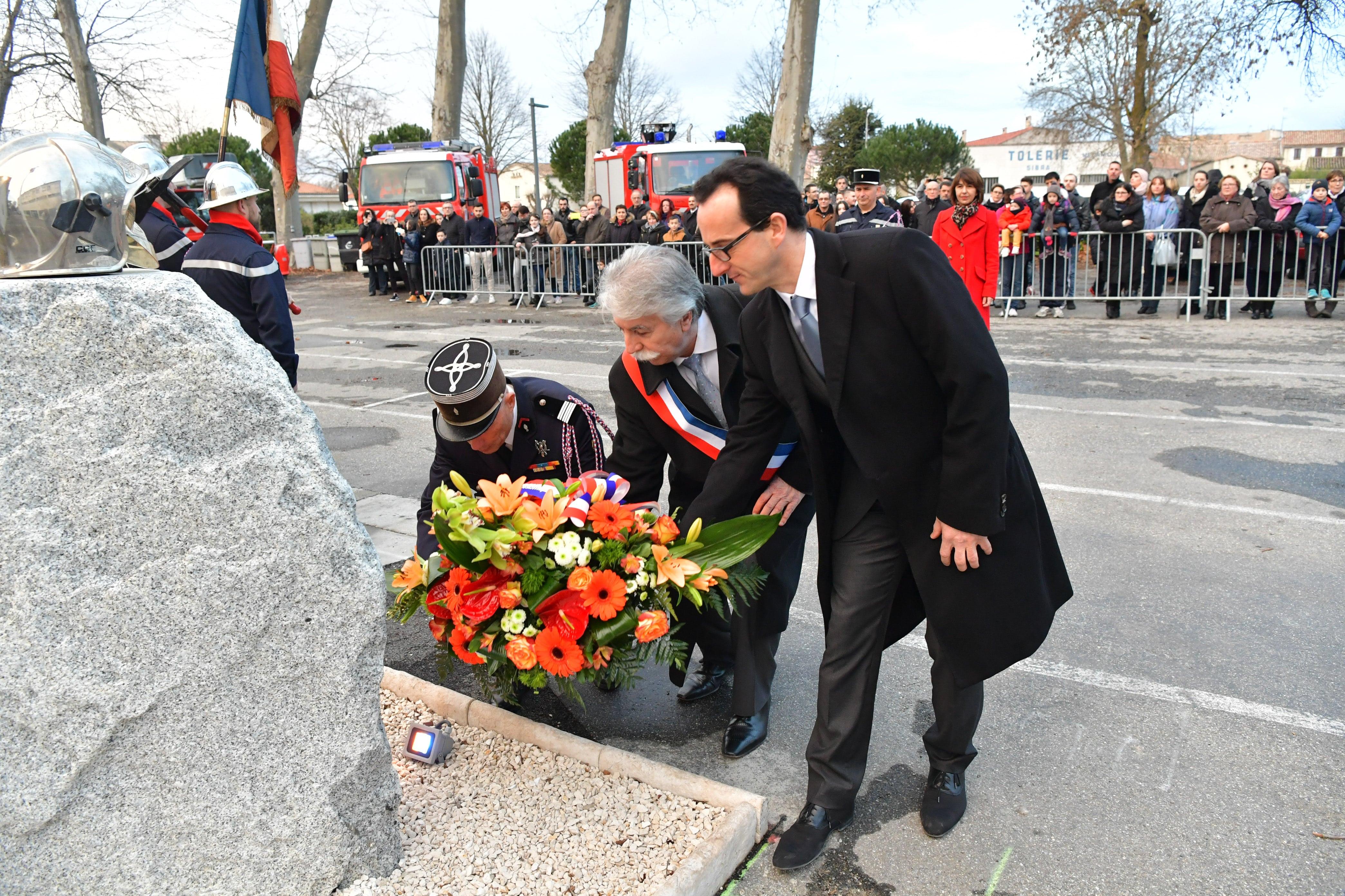 Dépot de gerbe par le Colonel Benedittini , Mr Maugard maire de Castelnaudary et Mr Greffier